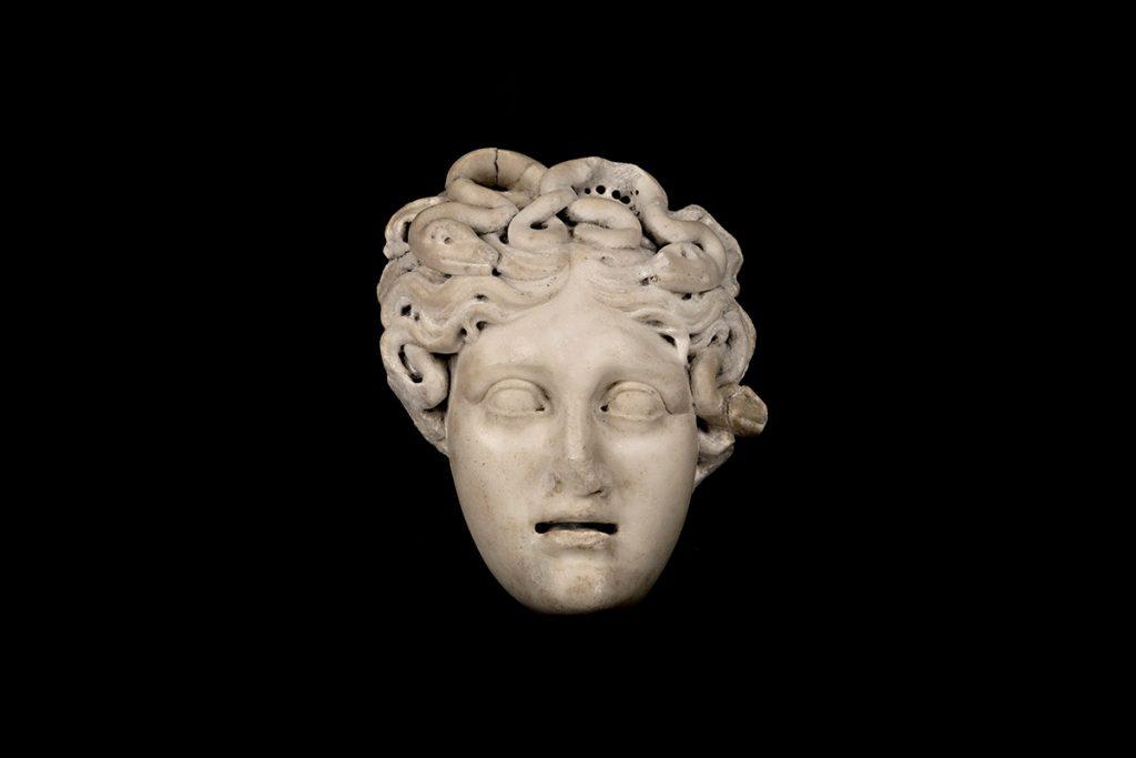 Roma-relieve-medusa-marmol