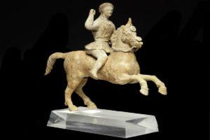 grecia-Caballo y jinete en batalla. Terracota