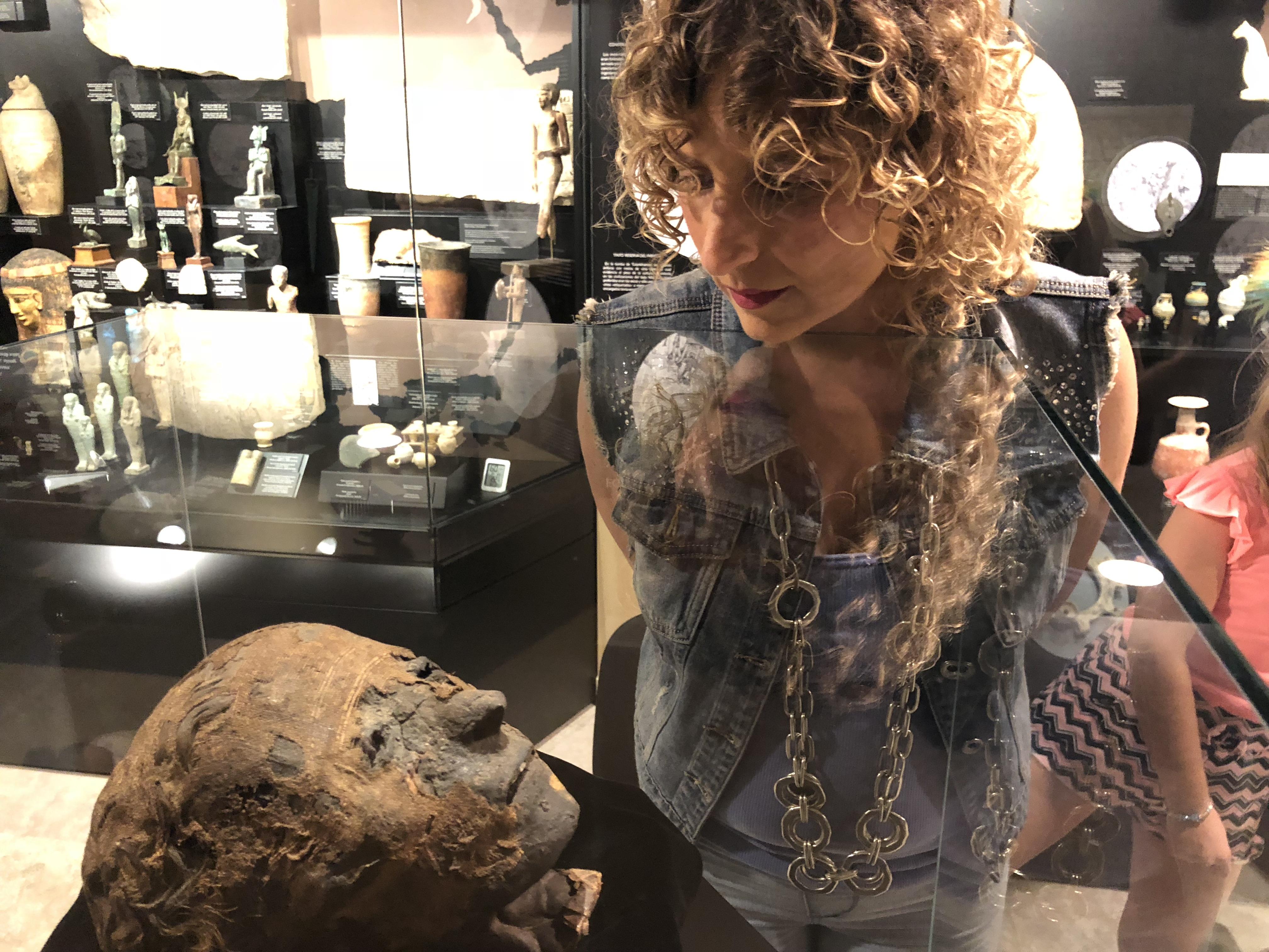 Helena-Olmo-conoce-la-momia-de-Ifergan-Collection